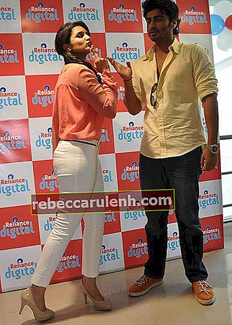 Arjun Kapoor and Parineeti Chopra during a Reliance Digital event in 2012 promoting Ishaqzaade