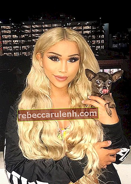 Eden Estrada, wie gesehen, während sie mit ihrer Teetasse Chihuahua namens Meme (ree) The Doll im September 2017 an der Third Street Promenade in Santa Monica, Kalifornien, USA posiert