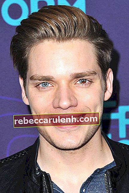 Dominic Sherwood bei der Disney / ABC 2016 Winter TCA Tour
